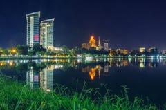 Ξενοδοχείο Hilton τη νύχτα στοκ φωτογραφίες