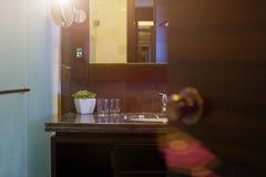 Ξενοδοχείο - κεραμικό washbasin στο σύγχρονο λουτρό Στοκ Εικόνες