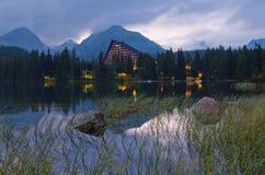 Ξενοδοχείο κοντά στη λίμνη Στοκ φωτογραφία με δικαίωμα ελεύθερης χρήσης