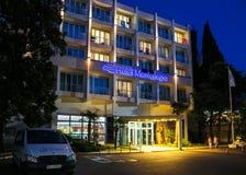 Ξενοδοχείο Μαυροβούνιο στο φως βραδιού στοκ εικόνα