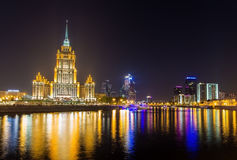 Ξενοδοχείο Ουκρανία και Μόσχα-πόλη το βράδυ Στοκ Εικόνα