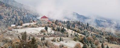 Ξενοδοχείο στα βουνά Χιόνι και ομίχλη πρώτο χιόνι φθινοπώρου Στοκ φωτογραφίες με δικαίωμα ελεύθερης χρήσης