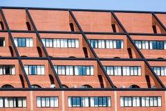 Ξενοδοχείο τούβλου κοντά στην αποβάθρα Στοκ φωτογραφία με δικαίωμα ελεύθερης χρήσης