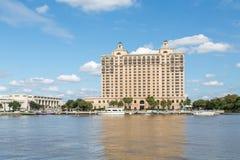 Ξενοδοχείο όχθεων ποταμού με τα πορθμεία Στοκ Εικόνες