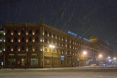 Ξενοδοχείο Angleterre και Astoria στη νύχτα χιονιού Στοκ εικόνα με δικαίωμα ελεύθερης χρήσης