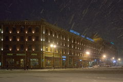 Ξενοδοχείο Angleterre και Astoria στη νύχτα χιονιού Στοκ Εικόνες