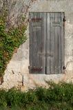 Ξεπερασμένα παραθυρόφυλλα γαλλικών παραθύρων στοκ φωτογραφίες με δικαίωμα ελεύθερης χρήσης