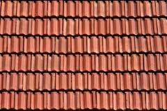 ξεπερασμένα παλαιά κόκκινα κεραμίδια κεραμιδιών σύστασης στεγών ανασκόπησης Στοκ φωτογραφίες με δικαίωμα ελεύθερης χρήσης