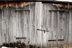 Ξεπερασμένες ξύλινες και οξυδωμένες αρθρώσεις σε μια παλαιά σιταποθήκη σε ένα αγρόκτημα Στοκ Φωτογραφία