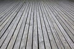 Ξεπερασμένη γκρίζα ξύλινη γέφυρα για το ξύλινο υπόβαθρο Στοκ εικόνες με δικαίωμα ελεύθερης χρήσης