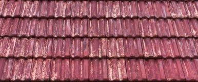 Ξεπερασμένη και παλαιά κόκκινη χρωματισμένη κλασική επικεράμωση στεγών πετρών με τα εξασθενισμένα έξω χρώματα, υπόβαθρο σχεδίων σ στοκ φωτογραφία με δικαίωμα ελεύθερης χρήσης