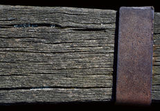 Ξεπερασμένη ξύλινη ακτίνα με ένα σκουριασμένο μεταλλικό πιάτο Στοκ Εικόνες