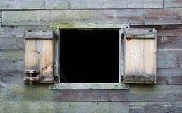 Ξεπερασμένος ξύλινος τοίχος με το ανοικτό παράθυρο στην αποικιακή σιταποθήκη Στοκ Εικόνες