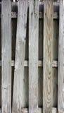 Ξεπερασμένος ξύλινος φράκτης με κλίνοντας slat και τα αντιπαραβαλλόμενα σχέδια Στοκ Φωτογραφίες