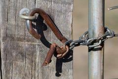 Ξεπερασμένος σύρτης στην παλαιά αγροτική πύλη στοκ εικόνα με δικαίωμα ελεύθερης χρήσης