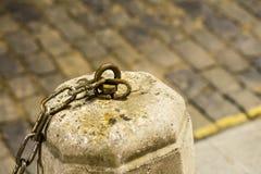 Ξεπερασμένο γραφείο οδών τσιμέντου με ένα αστικό υπόβαθρο αλυσίδων σιδήρου Στοκ Εικόνες
