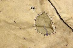 Ξεπερασμένο στρατιωτικό ύφασμα κάλυψης στρατού χακί με το μπάλωμα, ΤΣΕ Στοκ Εικόνα