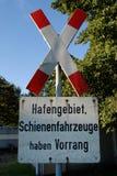 Ξεπερασμένο τραίνο προειδοποιητικό σημάδι Hafengebiet στοκ εικόνες