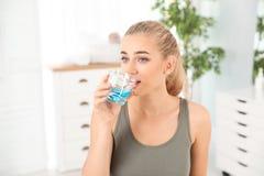 Ξεπλένοντας στόμα γυναικών με mouthwash στοκ φωτογραφία