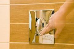 ξεπλένοντας τουαλέτα Στοκ Φωτογραφία