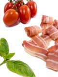 Ξεράνετε την καπνισμένους ντομάτα και το βασιλικό ζαμπόν που απομονώνονται στο λευκό Στοκ φωτογραφία με δικαίωμα ελεύθερης χρήσης