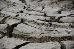 Ξεράνετε το ραγισμένο χώμα μετά από τη μακροχρόνια ξηρασία στοκ φωτογραφία με δικαίωμα ελεύθερης χρήσης
