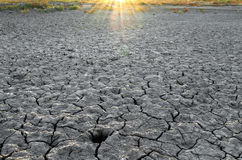 Ξεράνετε το σπασμένο έδαφος κάτω από τον ήλιο Στοκ φωτογραφία με δικαίωμα ελεύθερης χρήσης