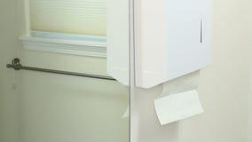 Ξεραίνοντας δέρμα χεριών σε έναν χώρο ανάπαυσης απόθεμα βίντεο