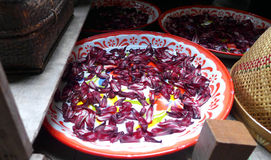 Ξεραίνοντας πέταλα λουλουδιών για την κουζίνα, Ταϊλάνδη Στοκ Φωτογραφία