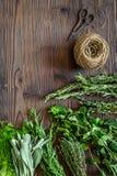 Ξεραίνοντας φρέσκες χορτάρια και πρασινάδα για τα τρόφιμα καρυκευμάτων στο ξύλινο κουζινών γραφείων διάστημα άποψης υποβάθρου τοπ Στοκ φωτογραφίες με δικαίωμα ελεύθερης χρήσης