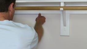 Ξεσκόνισμα ενός Baseboard απόθεμα βίντεο