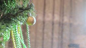 Ξεσκόνισμα του χιονιού σε ένα παιχνίδι στο χριστουγεννιάτικο δέντρο απόθεμα βίντεο