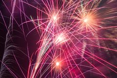 Ξεσπάσματα των πυροτεχνημάτων στο νυχτερινό ουρανό Στοκ Εικόνα
