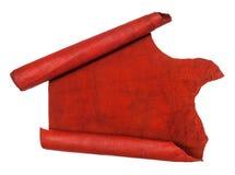Ξετυλιγμένος κύλινδρος την κόκκινη δορά που απομονώνεται από στο λευκό Στοκ Φωτογραφία
