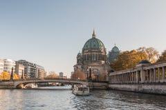 Ξεφάντωμα ποταμών με τη γέφυρα και τον καθεδρικό ναό του Βερολίνου και βάρκα στον ποταμό στοκ εικόνες