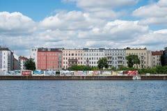 Ξεφάντωμα ποταμών, τοίχος γκράφιτι και πολυκατοικίες στο Βερολίνο, FR Στοκ Φωτογραφίες