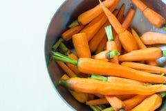 Ξεφλουδισμένα καρότα σε ένα κύπελλο Στοκ εικόνα με δικαίωμα ελεύθερης χρήσης