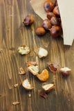 Ξεφλουδισμένα ψημένα κάστανα με την κορνέτα εγγράφου στον πίνακα Στοκ Φωτογραφία
