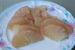 Ξεφλουδισμένα pomelo φρούτα στο πιάτο Στοκ Εικόνα