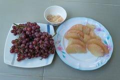 Ξεφλουδισμένα pomelo φρούτα στο πιάτο Στοκ εικόνες με δικαίωμα ελεύθερης χρήσης