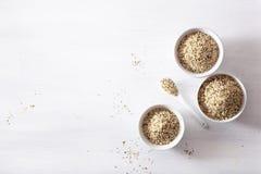 Ξεφλουδισμένοι σπόροι κάνναβης, υγιές συμπλήρωμα superfood στοκ φωτογραφία
