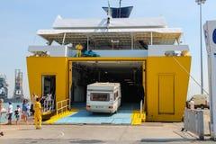 Ξεφορτώνοντας επιβάτες και οχήματα από το πορθμείο στο θαλάσσιο λιμένα Στοκ εικόνα με δικαίωμα ελεύθερης χρήσης