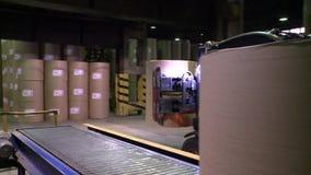 Ξεφορτώνοντας και φορτώνοντας ρόλοι φορτωτών του εγγράφου στην αποθήκη εμπορευμάτων τελειωμένος - προϊόντα απόθεμα βίντεο