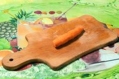 Ξεφλουδισμένα και τεμαχισμένα κρεμμύδια και καρότα στο στάδιο της προετοιμασίας των πιάτων Στοκ Εικόνα