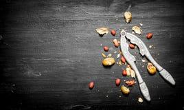 Ξεφλουδισμένα φυστίκια με το κοχύλι και έναν καρυοθραύστης Στοκ φωτογραφία με δικαίωμα ελεύθερης χρήσης