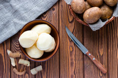 Ξεφλουδισμένες πατάτες δίπλα στο δέρμα Στοκ Εικόνες