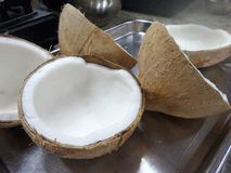 Ξεφλουδισμένη καρύδα για το ταϊλανδικό μαγείρεμα επιδορπίων Στοκ Φωτογραφία