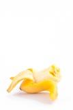 Ξεφλουδισμένη μπανάνα αυγών με την απώλεια ενός δαγκώματος στα άσπρα τρόφιμα φρούτων μπανανών MAS Pisang υποβάθρου υγιή που απομο Στοκ Φωτογραφία