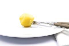 Ξεφλουδισμένη πατάτα στον πίνακα Στοκ Φωτογραφία