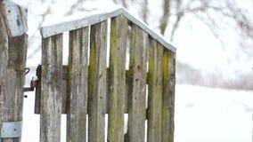 Ξεχαρβαλωμένος φράκτης με την πόρτα wicket Παλαιό εγκαταλειμμένο ξύλινο σπίτι φιλμ μικρού μήκους